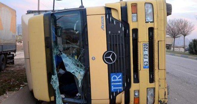 Gaziantep'te devrilen TIR'ın sürücüsü yaralandı