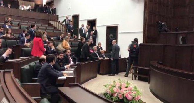 AK Parti Grubu'nda danışmanlardan alkışlı protesto