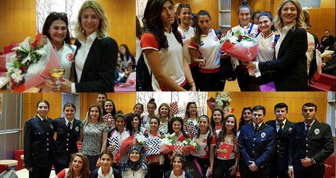 Avrupa Şampiyonu hokeycilere İstanbul'da muhteşem karşılama