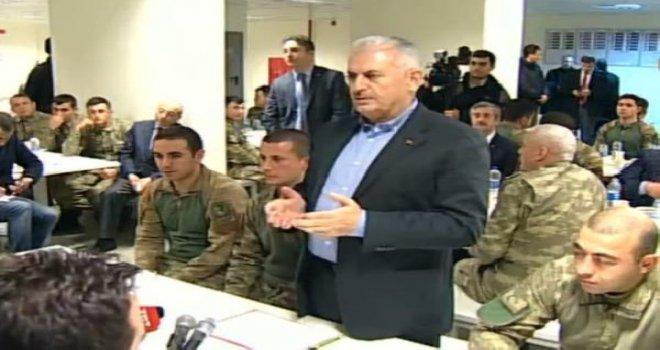 Başbakan Yıldırım Gaziantep'te askerlerle yemek yedi