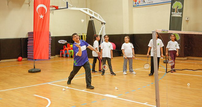 Başkan Fadıloğlu gençlerle badminton oynadı