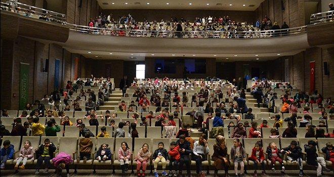 Büyükşehir, 5232 çocuğu tiyatro salonunda bir arada buluşturdu