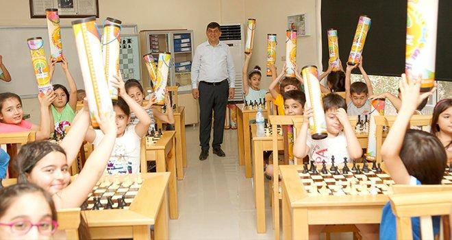 Fadıloğlu, öğrencilere satranç takımı armağan etti