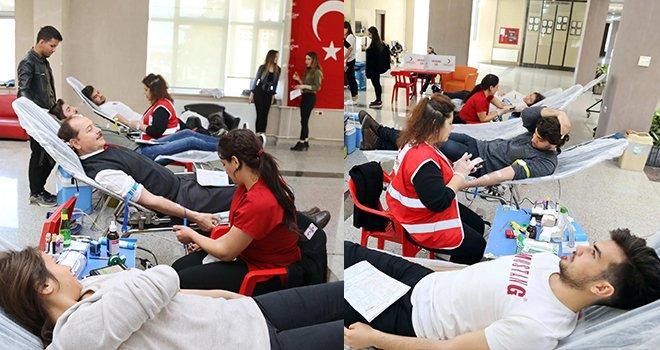 GAÜN öğrencilerinden şehitlerimiz anısına kan bağışı