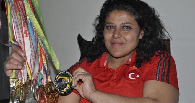 Gaziantep'li Dünya bilek şampiyonu, su satarak geçiniyor...