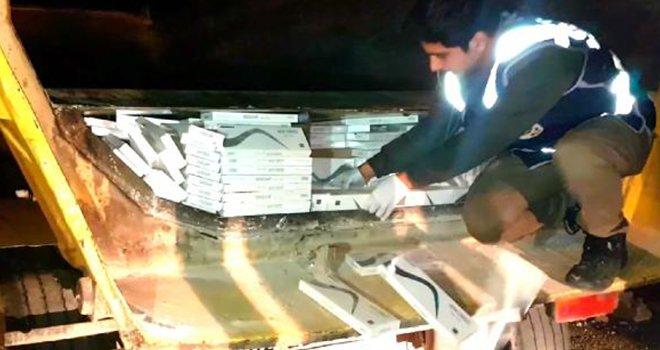 TIR'ın özel bölmesinde 24 bin 500 paket kaçak sigara