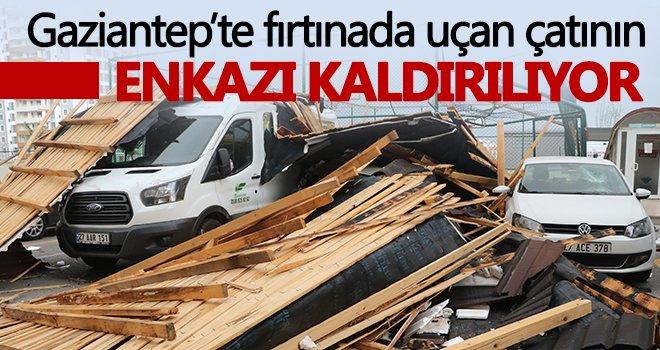 Gaziantep'te fırtınada uçan çatının enkazı kaldırılıyor