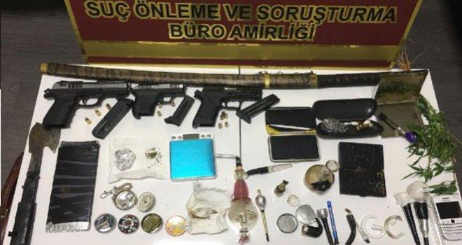 Gaziantep'te İş yerinden tabancalar, kılıç ve uyuşturucu çıktı: 4 gözaltı