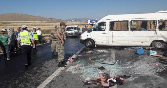 Gaziantep'te minibüs otomobile çarptı: 16 yaralı