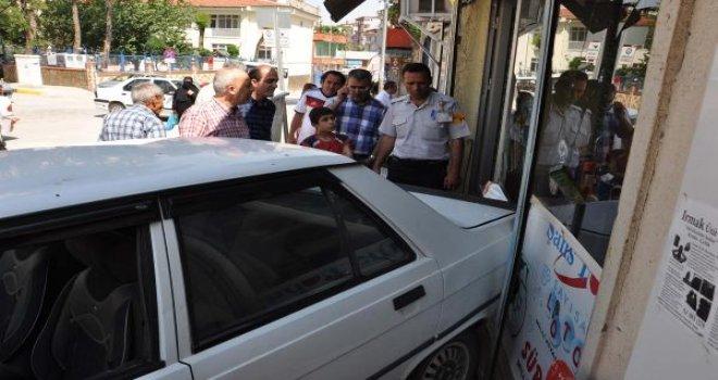 Gaziantep'te otomobil iş yerine daldı