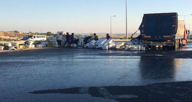 Gaziantep'te TIR'daki sıvı yağ yola döküldü