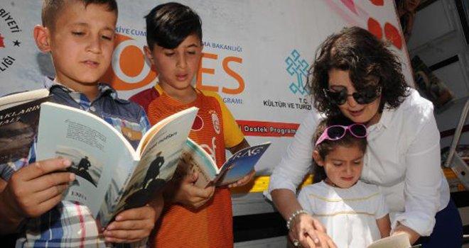Kütüphane müdürü köy köy dolaşıp kitap dağıtıyor