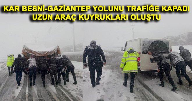 Kar yolları kapattı! Araçlar yolda mahsur kaldı...