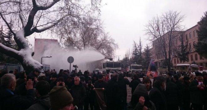 Meclis kapısında 'Anayasa değişikliği' protestosuna müdahale