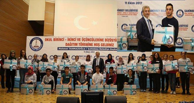 Şahinbey'den başarılı  öğrencilere dizüstü bilgisayar