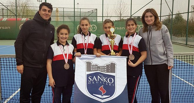 SANKO Okulları Küçük Kız Tenis Takımı il üçüncüsü