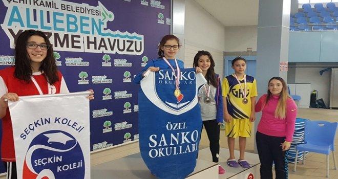 Sanko'lu yüzücüler başarıya doymuyor