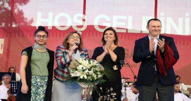 Sibel Can, Gaziantep'te anneler için söyledi