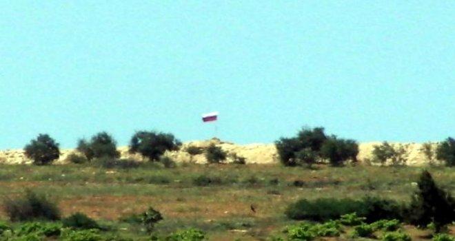 Suriye'nin Türkiye sınırına Rusya bayrağı