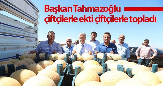 Tahmazoğlu, çiftçilerle ekti çiftçilerle topladı