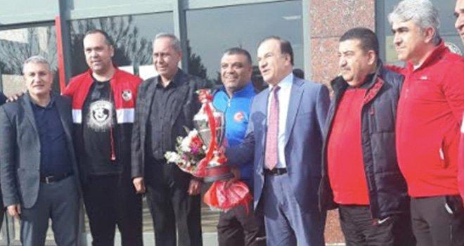 Yunanistan Fatihi Gazişer basketbol takımı  Çiçeklerle karşılandılar
